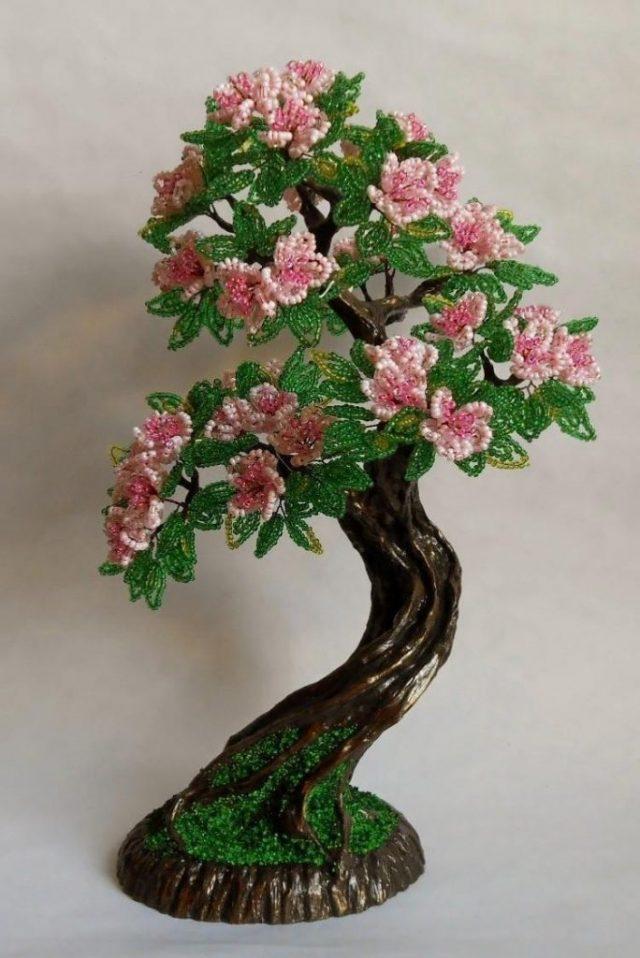 Особенно ярко смотрится цветущий бонсай из бисера