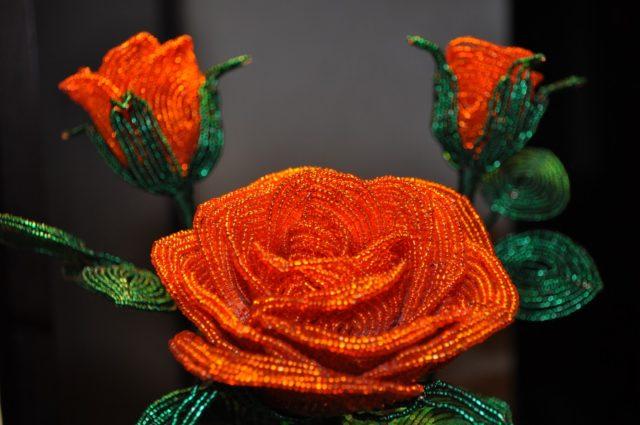Невероятно красивыми получаются цветы с помощью французского бисероплетения