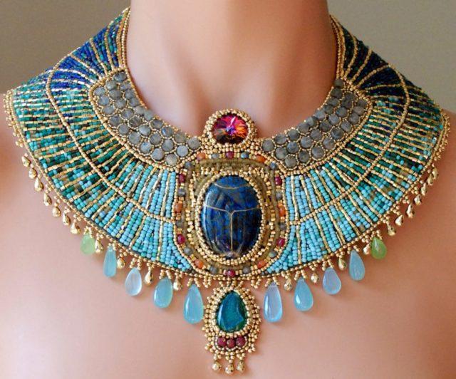 Ожерелье из бисера выглядит эффектно