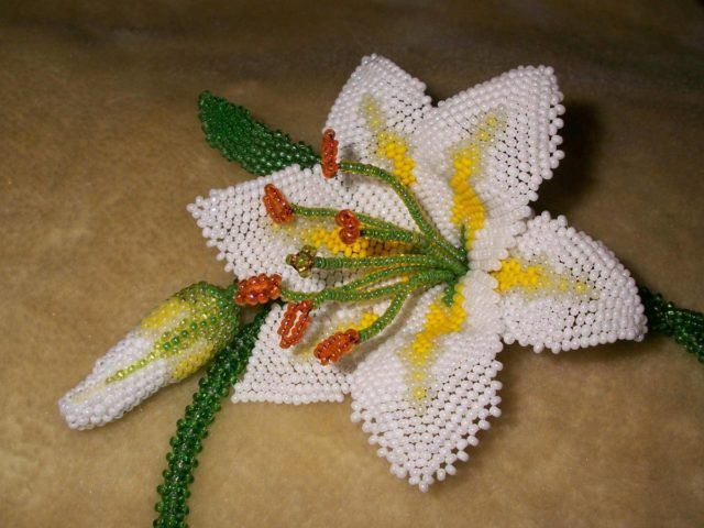 Лилии из бисера выглядят шикарно