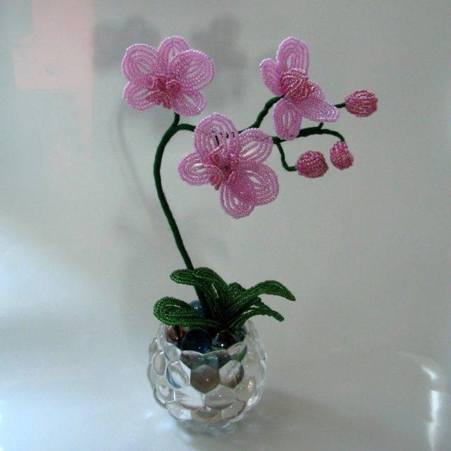 Орхидея из бисера имеет много цветовых решений