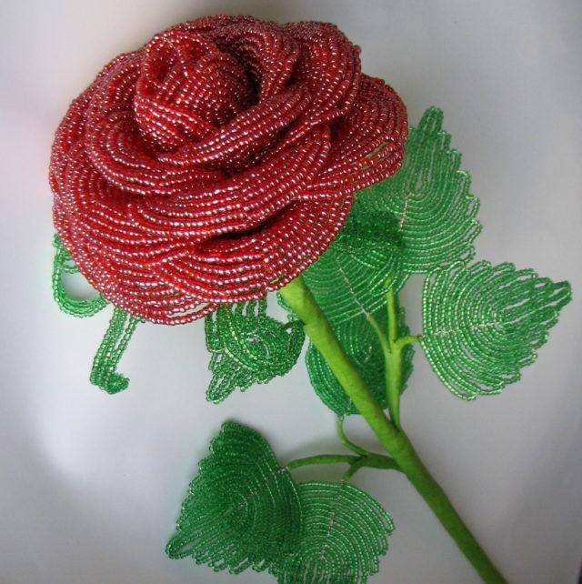 Роза из бисера украсит любой дом