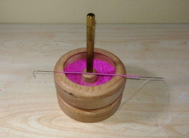 Ускорить процесс плетения позволяет спиннер для набора бисера