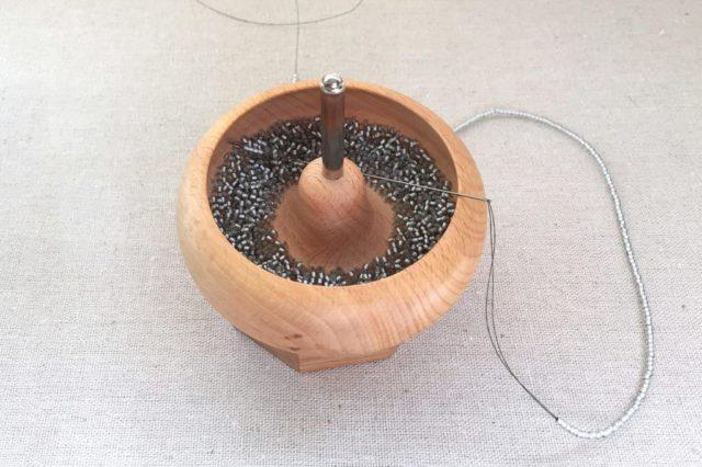 Спиннер для бисера помогает нанизывать бисер на нить