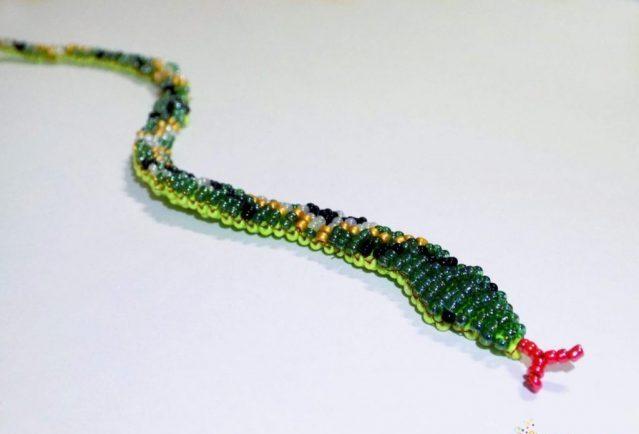 Прекрасной поделкой станет змея из бисера