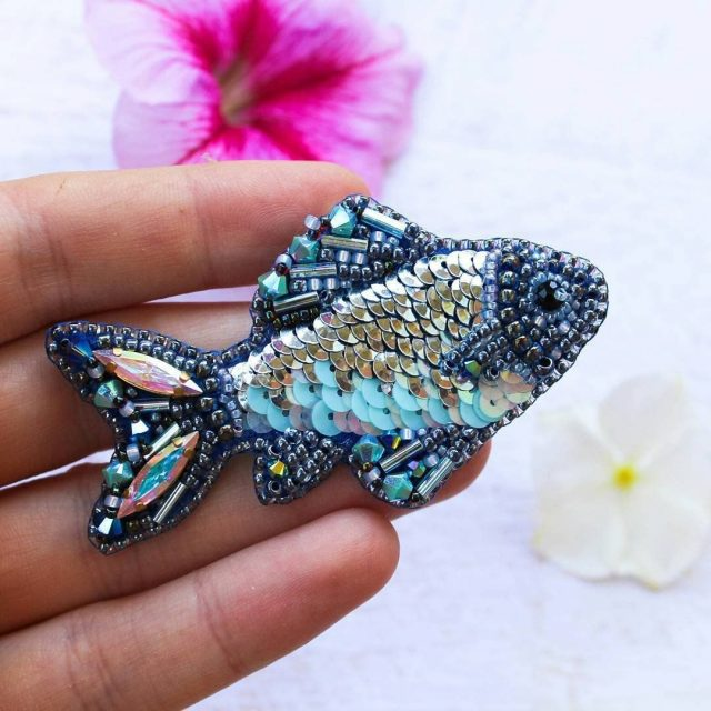 Рыбка из бисера станет хорошим украшением любой девушке
