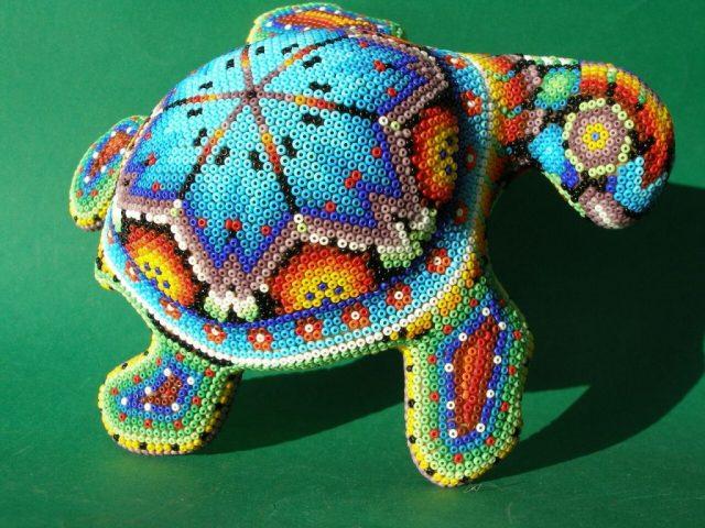 Станет прекрасным украшением черепаха из бисера