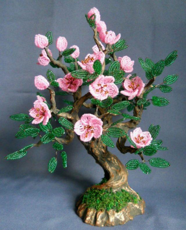 Красиво смотрится цветущая яблоня из бисера