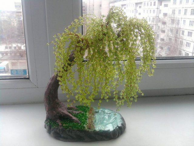 Плакучая ива из бисера-красивое деревце