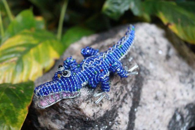 Крокодил из бисера может быть разных расцветок