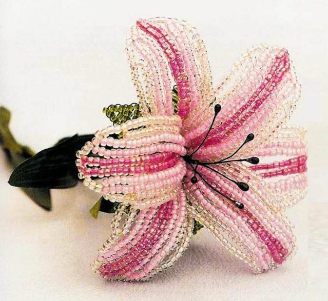 Лилия параллельным плетением