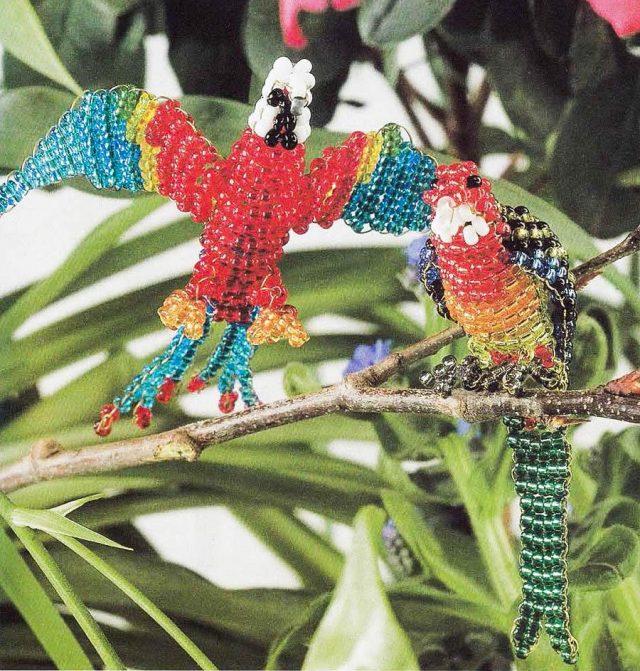 Прекрасной поделкой станет попугай из бисера