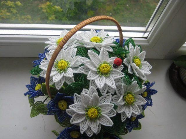 Цветы из бисера в корзинке