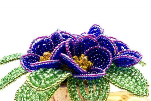Цветок и листики из бисера