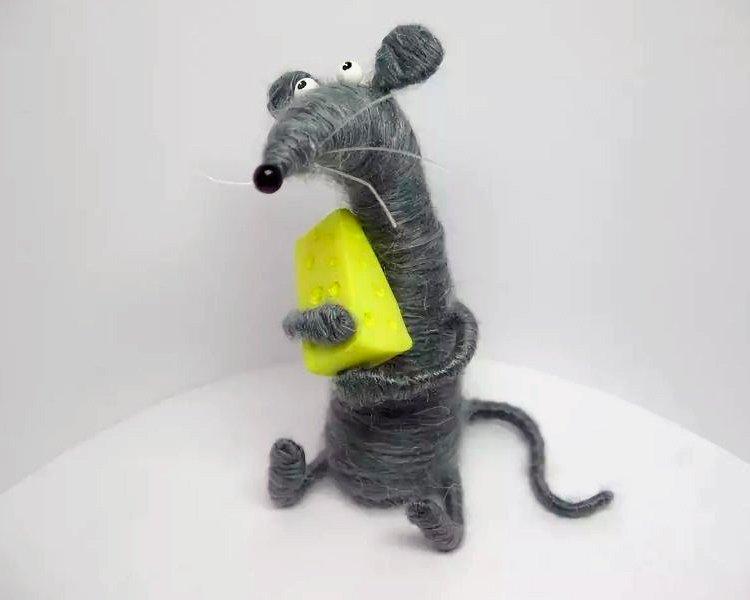 Мышка из ниток