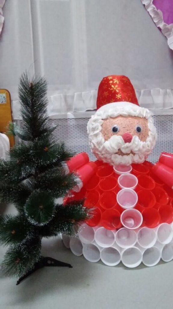 Дед Мороз из пластиковых стаканчиков