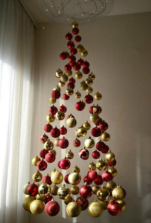 Подвесная елка из новогодних игрушек